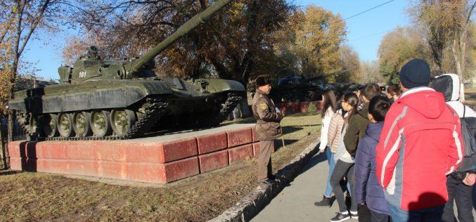 Гимназисты знакомятся с военным делом